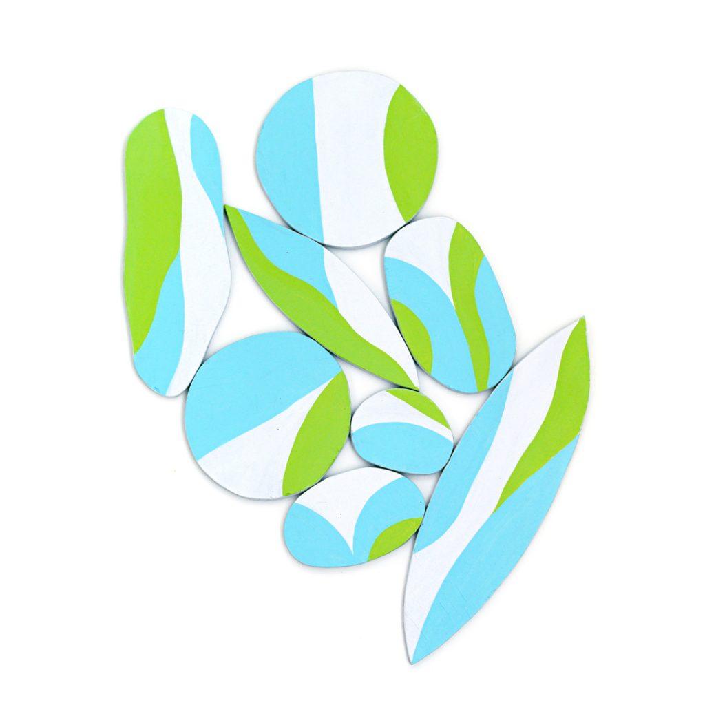 Sculpture en bois peint à l'acrylique vert et bleu réalisée par Cécile Jaillard