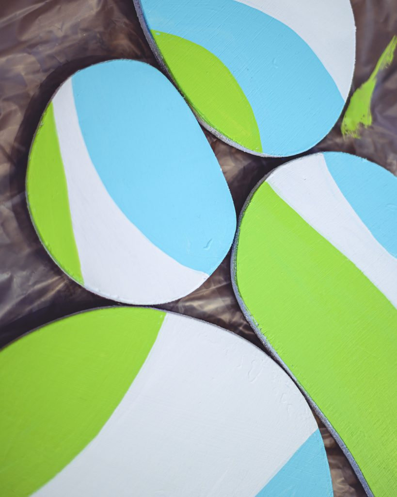 Sculpture en bois peint à l'acrylique vert et bleu réalisée par Cécile Jaillard. Work in progress