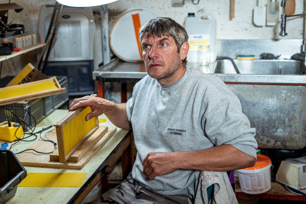 Sébastien Fiastre, apiculteur du rucher du Presbytère, dans les Alpes.