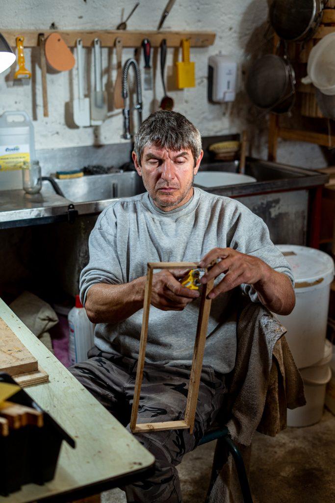 Sébastien prépare les cadres de cire qui seront placées dans ses ruches.
