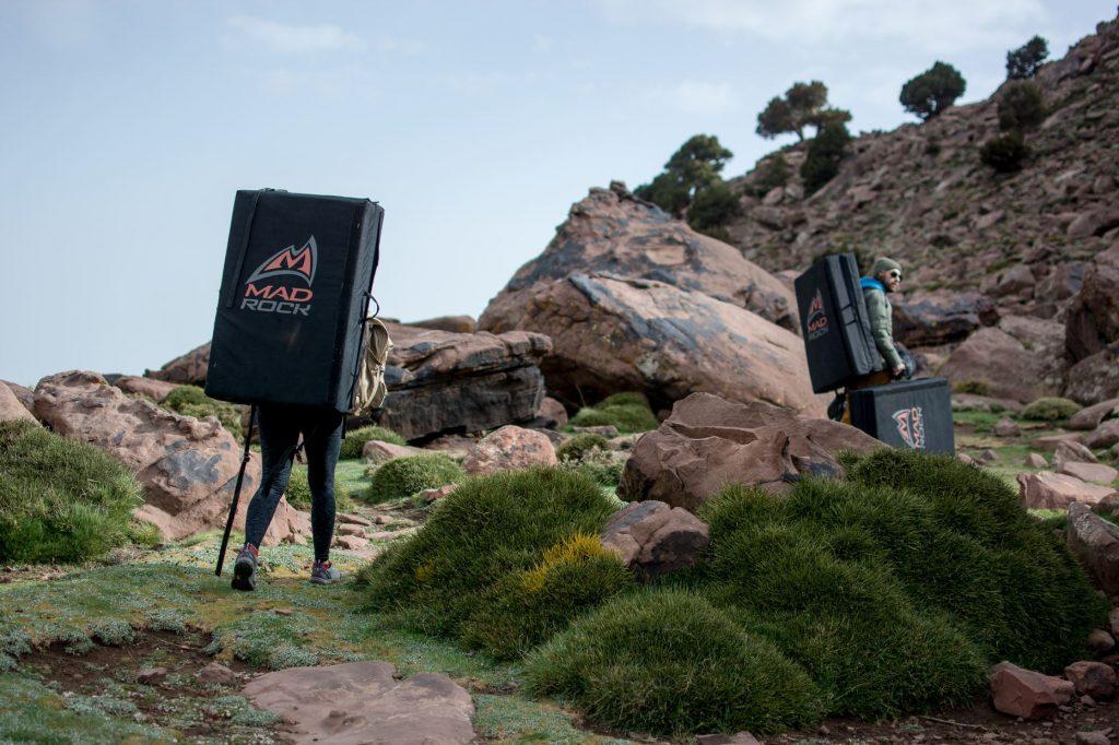 Escalade au Maroc dans le Haut Atlas. Grimpeurs avec des crashpads, pendant le trip de Imik Simik près de Marrakech.