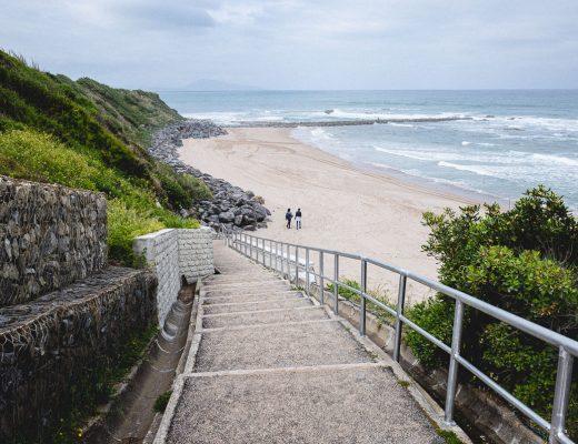 Deux personnes qui marchent sur la plage à Biarritz.