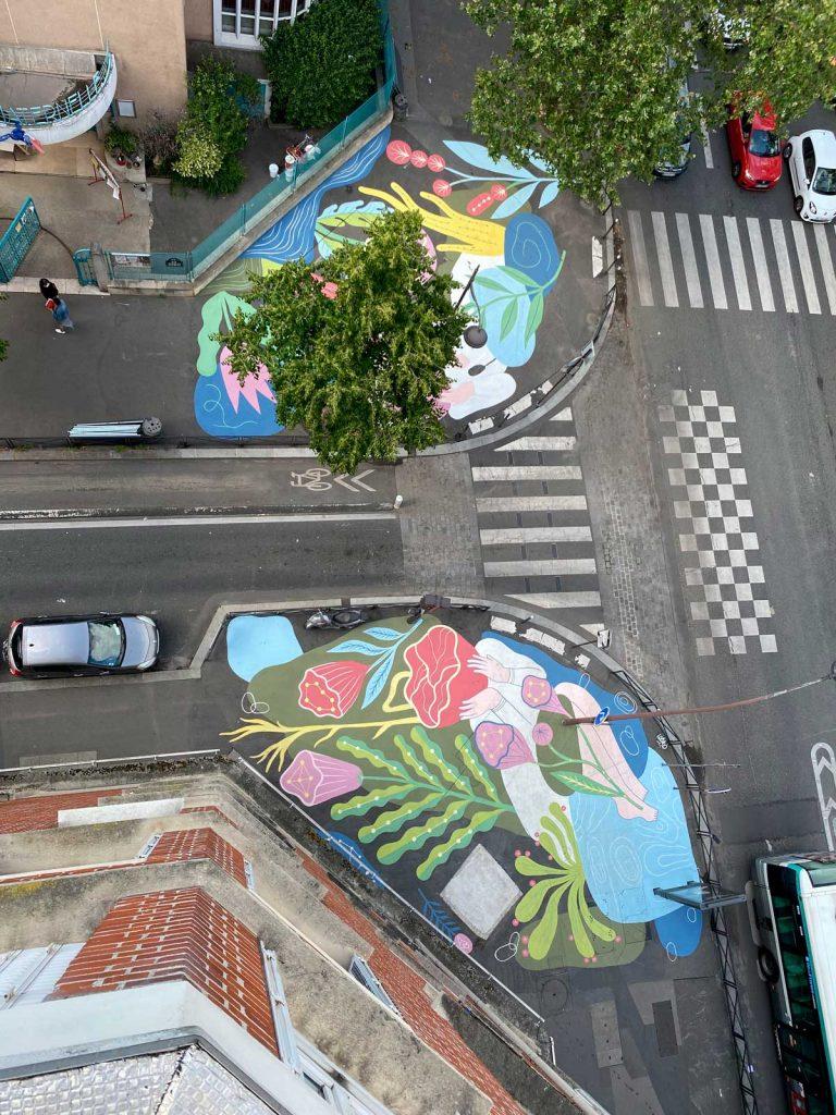 Photo vue d'en haut de la fresque peinte par Cécile Jaillard / Cécilio rue Charles Hermite, Paris 18e.
